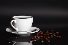 Taza de café con las habas imágenes de archivo libres de regalías