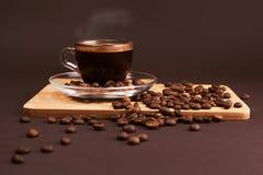 Taza de café con las habas Imagen de archivo libre de regalías