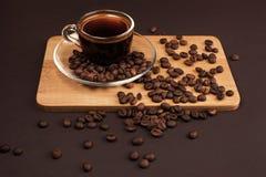 Taza de café con las habas Foto de archivo libre de regalías