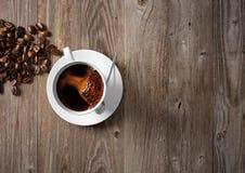 Taza de café con las habas asadas Fotografía de archivo libre de regalías