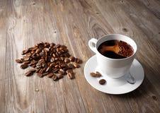 Taza de café con las habas asadas Fotos de archivo libres de regalías