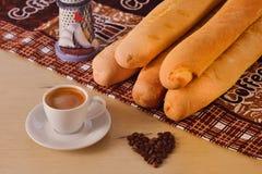 Taza de café con las habas y el baguette Fotografía de archivo
