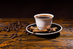 Taza de café con las habas y las especias asadas Imagenes de archivo