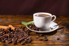 Taza de café con las habas y las especias asadas Fotografía de archivo