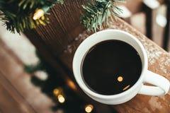 Taza de café con las luces de la Navidad Fotografía de archivo