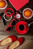 Taza de café con las magdalenas, la libreta, el accesorio, los zapatos y el sungl Fotografía de archivo libre de regalías