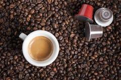 Taza de café con las vainas Imagen de archivo libre de regalías