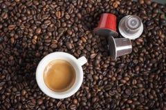 Taza de café con las vainas Fotografía de archivo libre de regalías