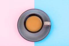 Taza de café con leche en fondo en colores pastel Imágenes de archivo libres de regalías