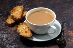 taza de café con leche y cantucci italiano de las galletas Imágenes de archivo libres de regalías