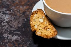 taza de café con leche y cantucci italiano de las galletas Fotografía de archivo