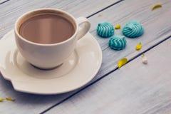 Taza de café con leche y galletas Fotos de archivo
