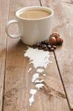 Taza de café con leche y la avellana Imagen de archivo