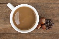 Taza de café con leche y la avellana Fotografía de archivo libre de regalías