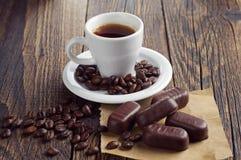 Taza de café con los chocolates Fotos de archivo