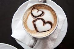 Taza de café con los corazones Foto de archivo libre de regalías