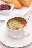 Taza de café con los cruasanes Imagen de archivo libre de regalías