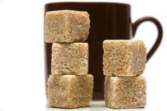 Taza de café con los cubos del azúcar Fotos de archivo