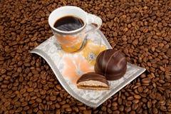 Taza de café con los dulces Imagenes de archivo