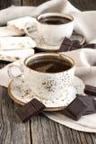 Taza de café con los dulces del este en la tabla Imagen de archivo libre de regalías