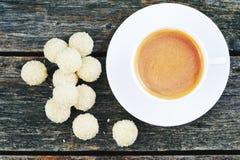 Taza de café con los dulces Raffaello Imagen de archivo
