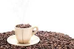 Taza de café con los granos Imagen de archivo libre de regalías