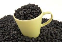 Taza de café con los granos de café Imagenes de archivo