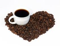 Taza de café con los granos de café Fotos de archivo