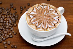 Taza de café con los granos de café Foto de archivo
