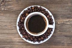Taza de café con los granos de café Imágenes de archivo libres de regalías