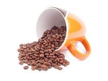 Taza de café con los granos de café aislados en el fondo blanco Imagen de archivo libre de regalías