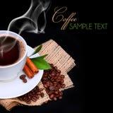 Taza de café con los granos del platillo y de café en la arpillera Imágenes de archivo libres de regalías