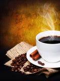Taza de café con los granos del platillo y de café en la arpillera Fotografía de archivo
