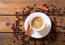 Taza de café con los granos de café, visión superior Imagen de archivo