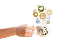 Taza de café con los iconos sociales y medios en burbujas coloridas Imagenes de archivo