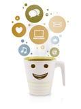 Taza de café con los iconos sociales y medios en burbujas coloridas Imagen de archivo