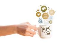 Taza de café con los iconos sociales y medios en burbujas coloridas Fotos de archivo libres de regalías