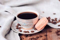 Taza de café con los macarrones Foto de archivo libre de regalías