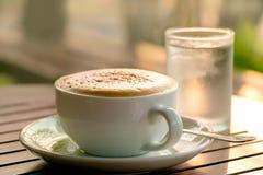 Taza de café con los macarrones Imagenes de archivo
