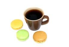 Taza de café con los macarrones franceses Imagen de archivo libre de regalías