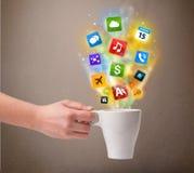 Taza de café con los medios iconos coloridos Imagenes de archivo