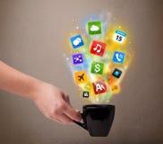 Taza de café con los medios iconos coloridos Fotos de archivo