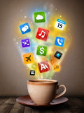 Taza de café con los medios iconos coloridos Foto de archivo