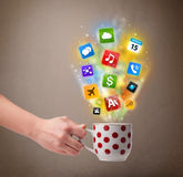 Taza de café con los medios iconos coloridos Imagen de archivo libre de regalías