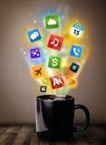 Taza de café con los medios iconos coloridos Imágenes de archivo libres de regalías
