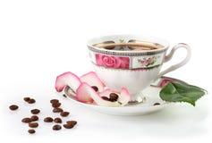 Taza de café con los pétalos color de rosa Imágenes de archivo libres de regalías