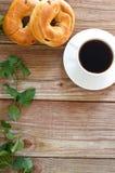 Taza de café con los panecillos Fotos de archivo libres de regalías