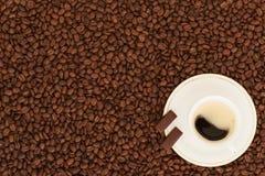 Taza de café con los pedazos del chocolate fotografía de archivo