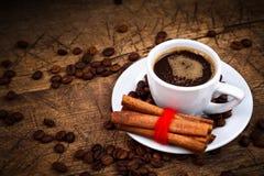 Taza de café con los rollos de canela Foto de archivo
