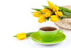 Taza de café con los tulipanes amarillos Imagen de archivo libre de regalías